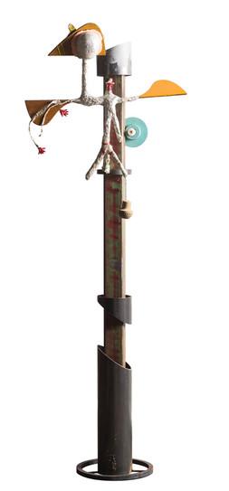 Assemblage van verschillende elementen: hout, metaal, zilverpapier, lak, touw en lampje