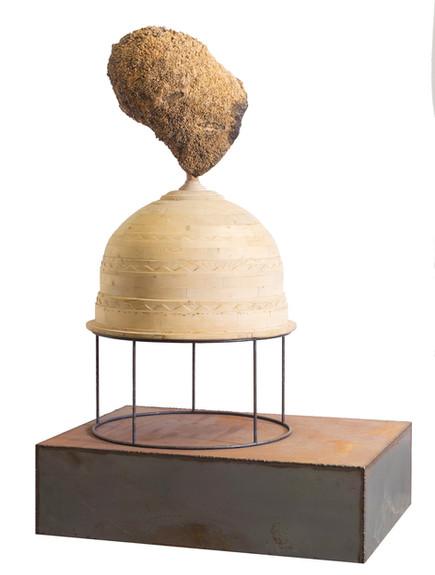 Op een piëdestal • Assemblage van verschillende elementen: hout, notenhout en metaal