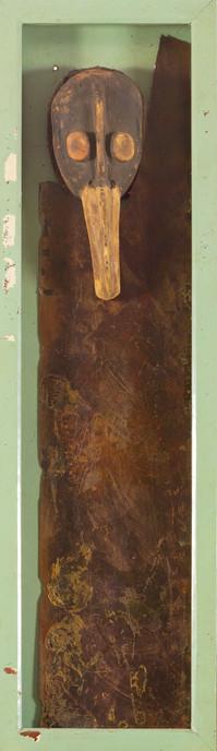 Assemblage: Afrikaans masker en kunststofpaneel in houten kist met deur