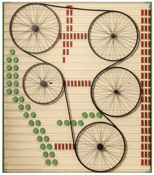 Machinekamer • Assemblage van verschillende elementen: conserveblikken, fietswielen, koord en houtblokjes op garagepoort