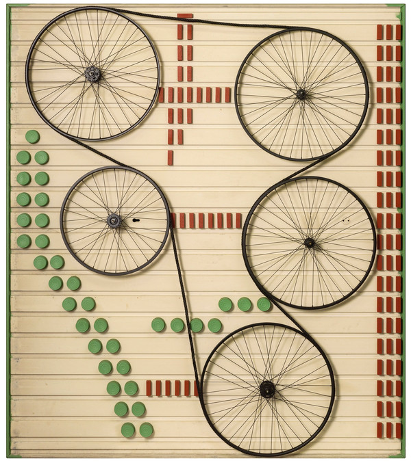 Assemblage van verschillende elementen: conserveblikken, fietswielen, koord en houtblokjes op garagepoort