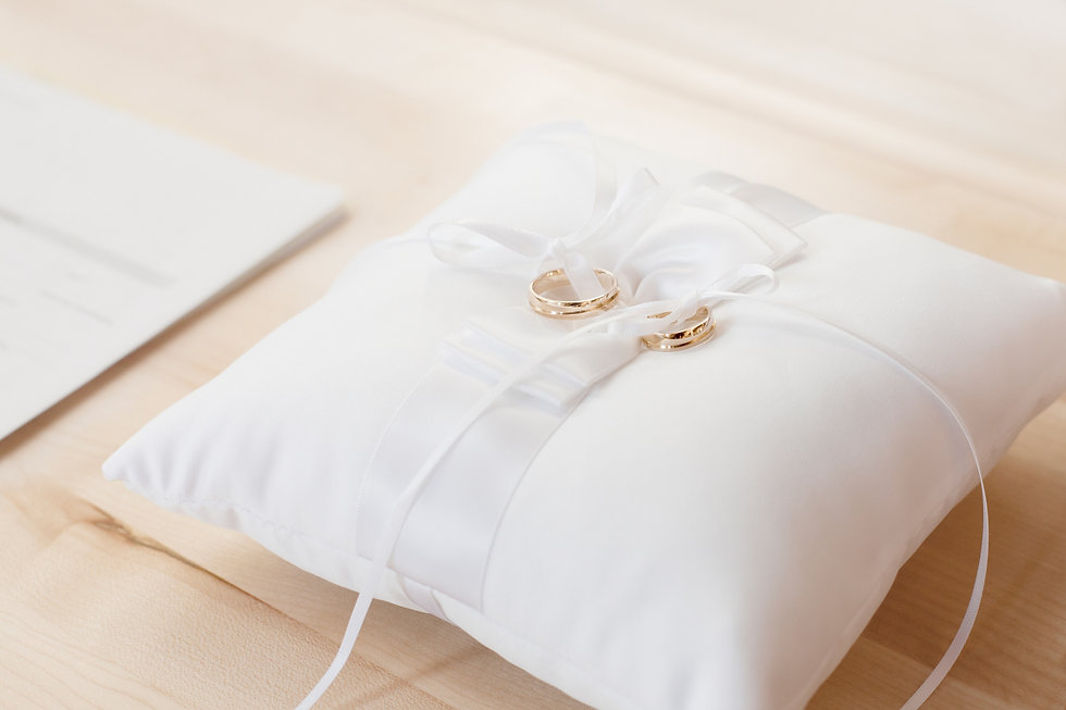 bed-bedroom-cushion-decorative-372225.jp