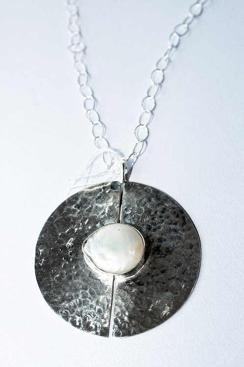 Disc pendant with coin pearl