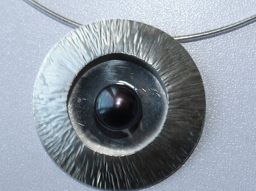 disc pendant with black pearl