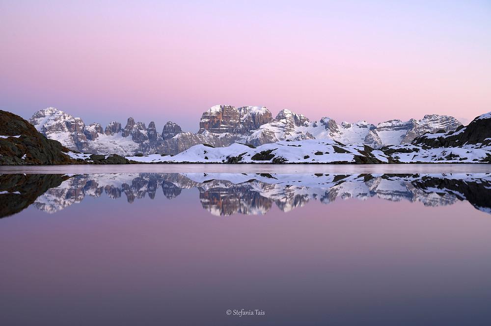 le Dolomiti del Brenta si specchiano nel lago Nero