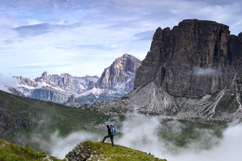 Un escursionista osserva i Lastoi di Formin, la Tofana di Rozes, Lagazuoi e Conturines sullo sfondo