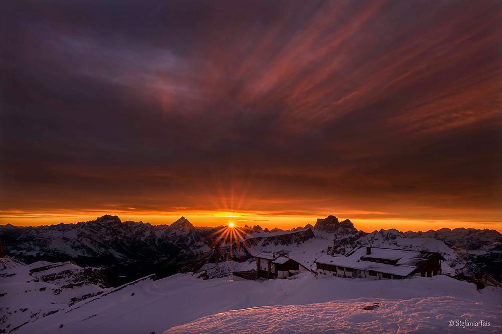 Il sole all'orizzonte tra l'Antelao e il Pelmo