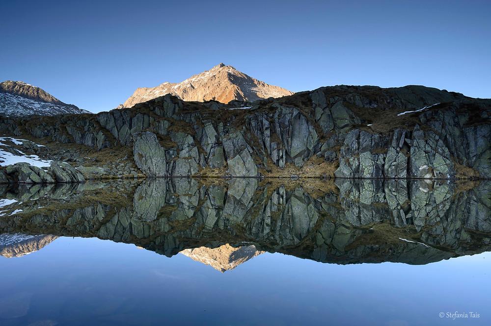 Cima Giner si specchia nel lago Nero