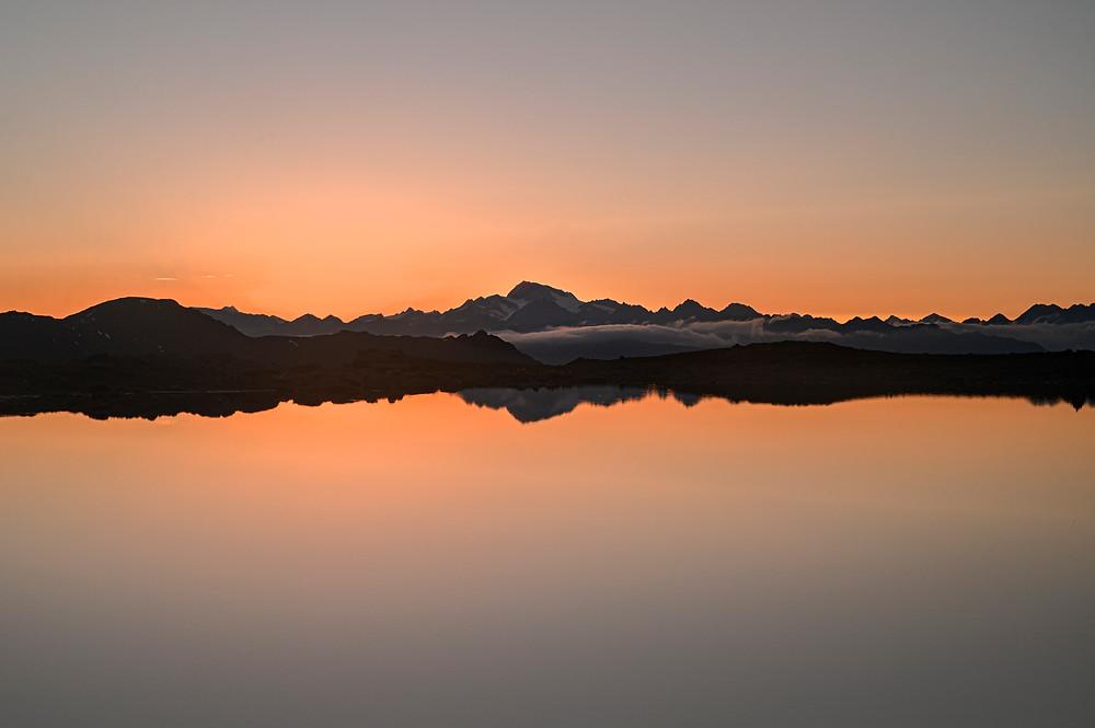 La Palla Bianca si specchia nel Furkel see all'alba