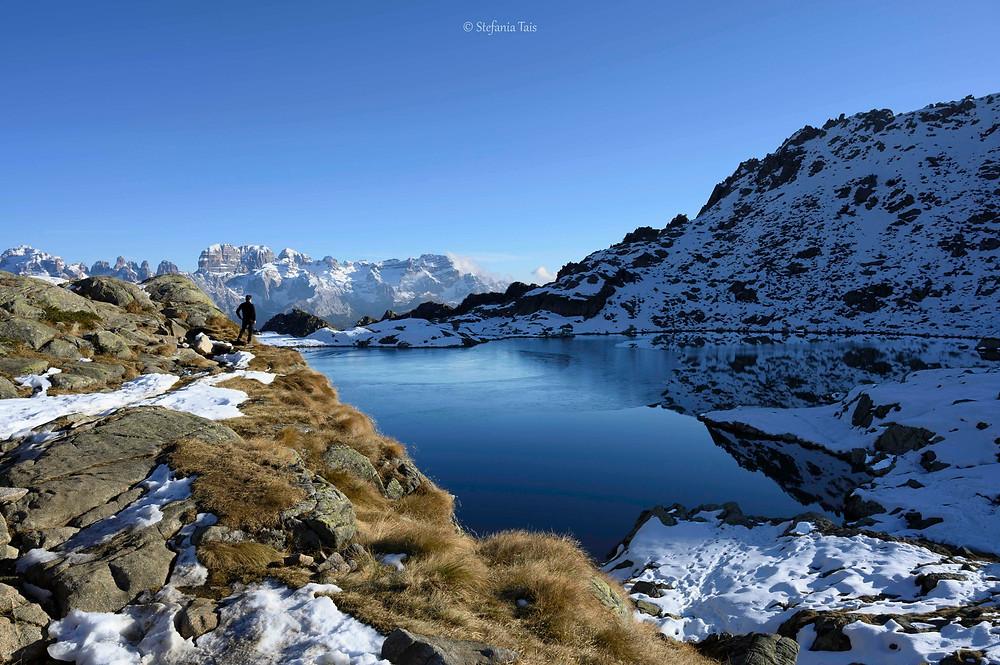 Il lago Nero, sullo sfondo le Dolomiti del Brenta