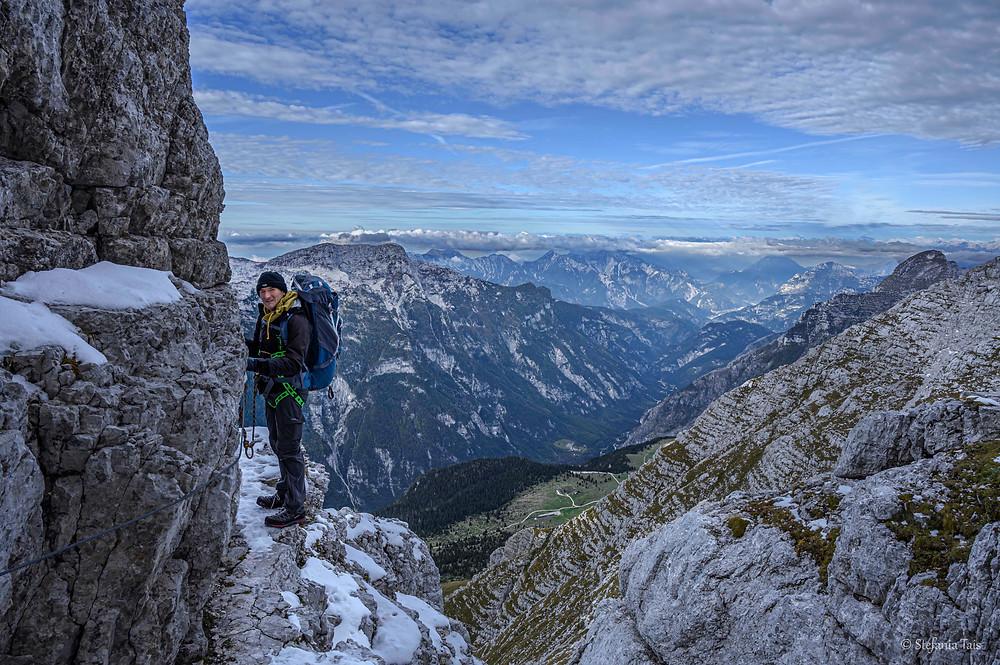 Escursionista lungo la ferrata Ceria Merlone
