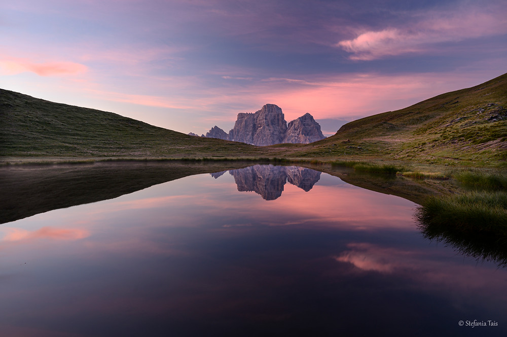 E' l'alba: il Pelmo si specchia nel lago delle Baste sull'altopiano di Mondeval