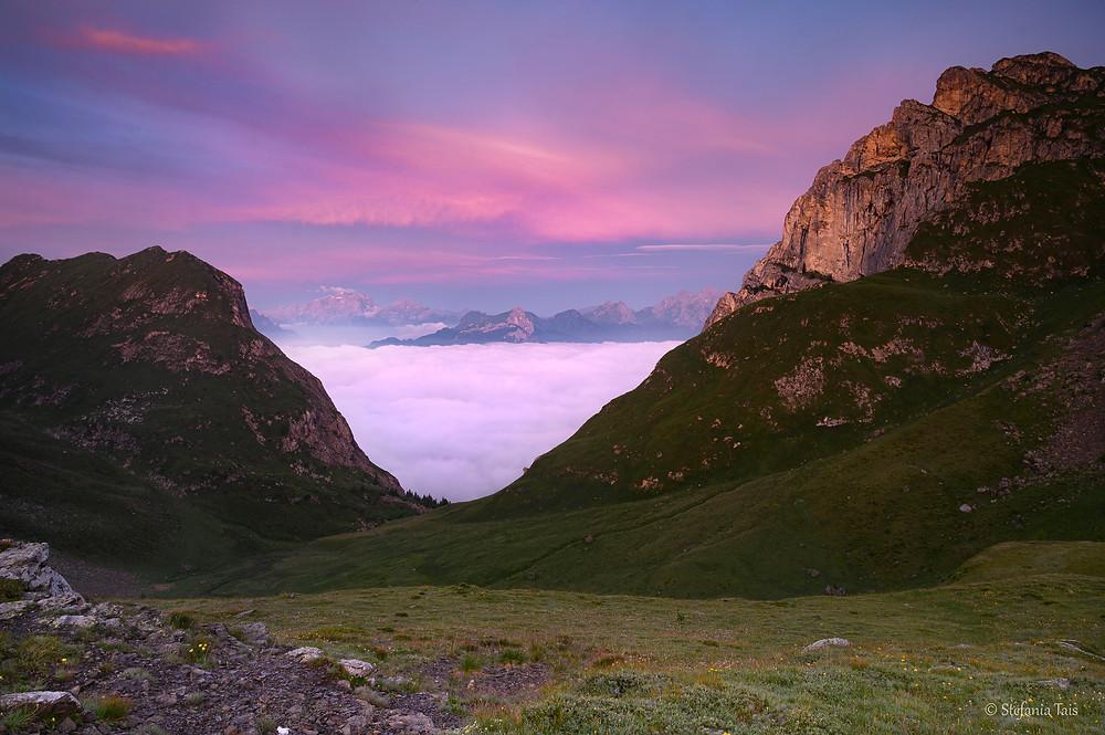 Mare di nuvole dai prati di Mondeval, sullo sfondo le Pale di San Martino