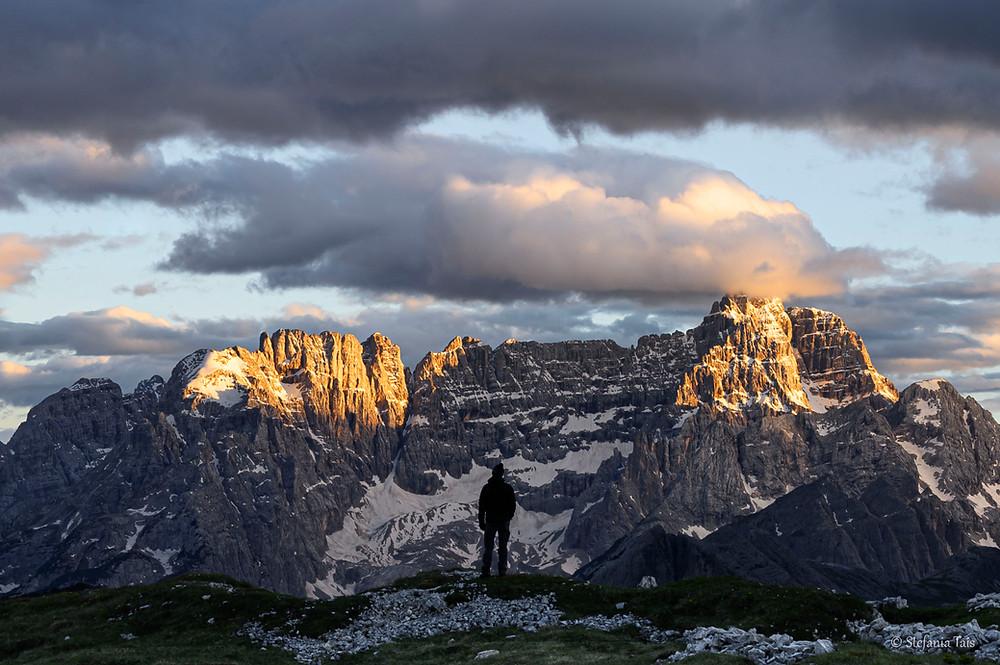 Escursionista di fronte a Croda Marcora e Cima Sorapis