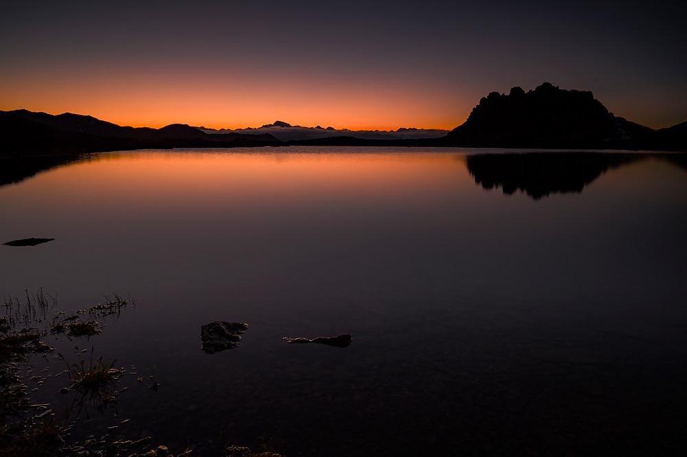 Alba ... Follerkopf e sullo sfondo la Palla Bianca nelle splendide acque del Furkel see