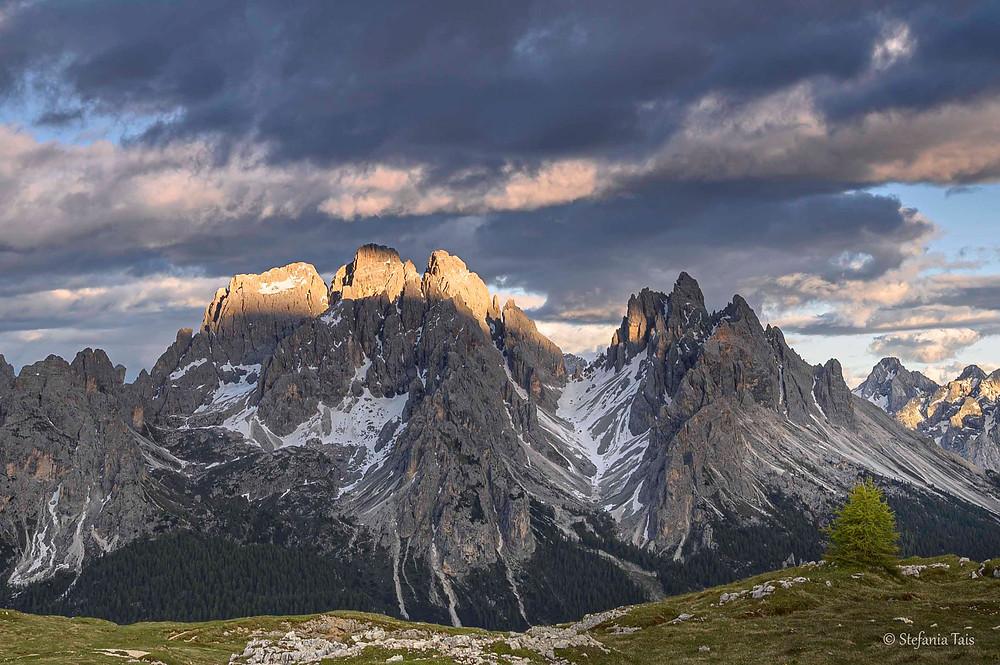 Luce dorata sulle cime del Cadin di Nord est, del Cadin di San Lucano e sulla Cima Eotvos, a destra il gruppo del Cadin della Neve