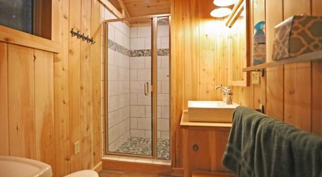 Maple Treehouse Full Bathroom jpg