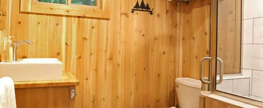 White Oak Treehouse | Hocking Hills Treehouse Cabins | Full Bathroom