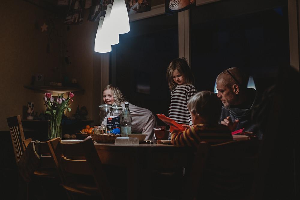 frühstück-am-morgen-mit-der-familie-bei-der-hausgeburt