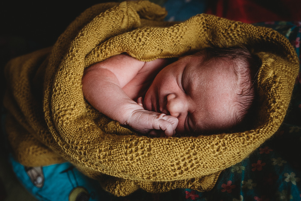 neugeborenes-baby-nach-der-geburt-fotografin-freiburg