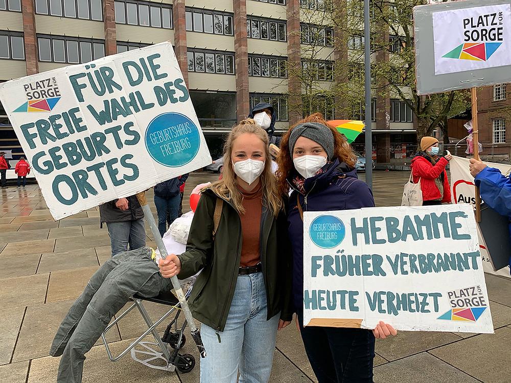 hebammen-in-freiburg-vom-geburtshaus-freiburg-team-demonstrieren-am-ersten-mai
