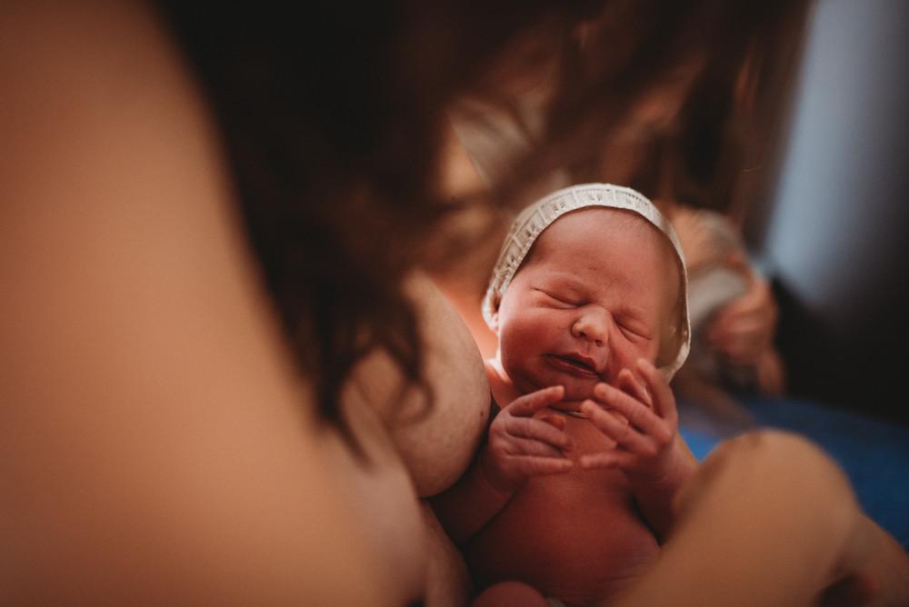 neugeborenes-baby-im-arm-der-mutter-von-familienfotografin-in-freiburg