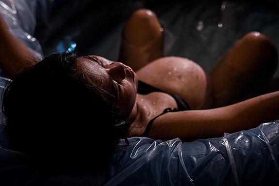 Schwangere-Frau-bei-Wassergeburt-im-Pool-im-Geburtshaus