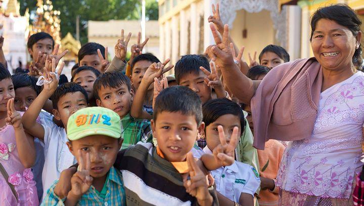 Teacher with her students at the Shwe-zi-gon Pagoda, Nyaung-U, Bago Region. Myanmar (Burma)