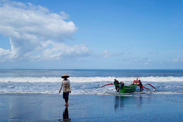 Fishermen and boats, Medewi Beach
