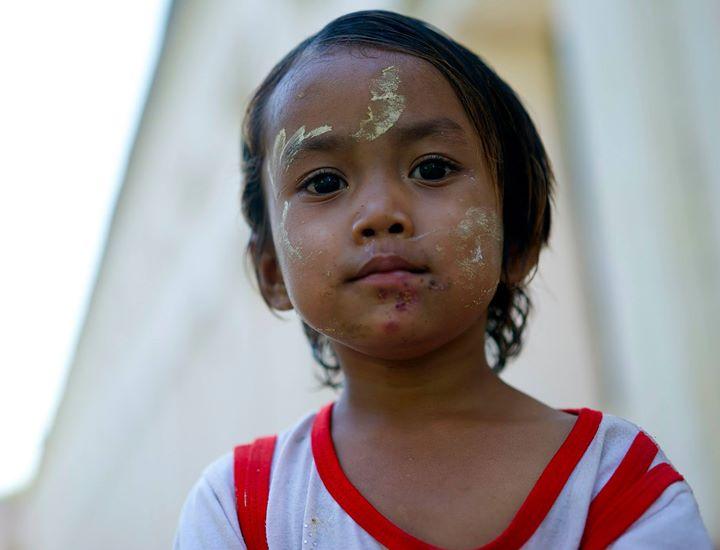 Little girl playing near the Shwe-zi-gon Pagoda