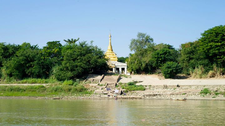 Journey along the Ayeyarwady River to get from Mandalay to Bagan, Myanmar