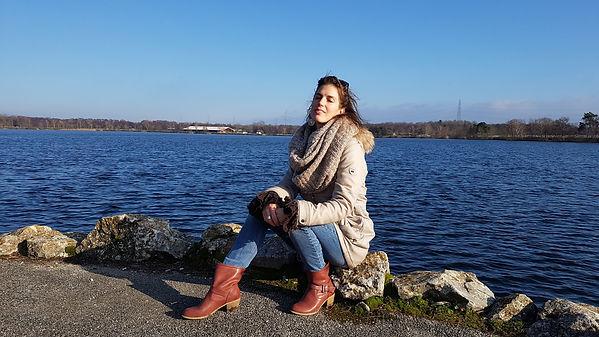 Agnès Bénet au bord du lac