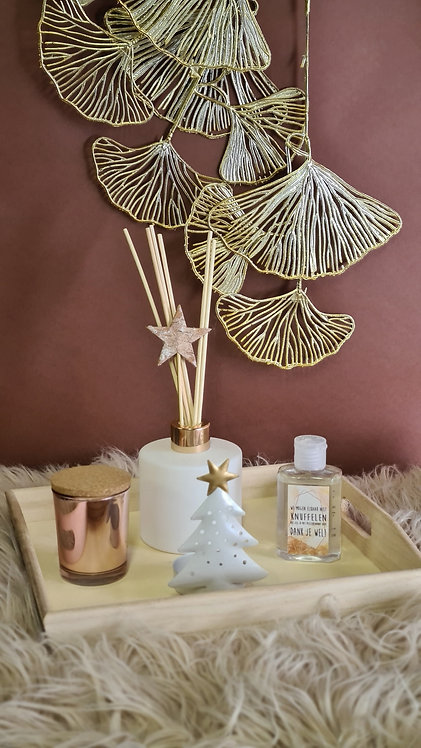 Set grote geurfles, kleine kaars en alcogel op houten plateau