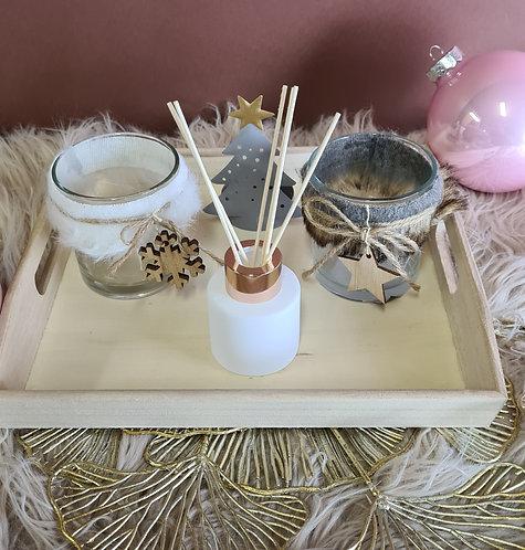 Houten plateau met kleine geurfles en  waxinelichtjes
