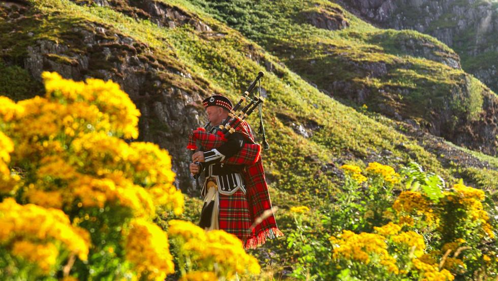 scotish-bagpipes-red-tartan-yellow-green