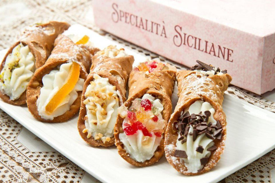 Sicilian cannoli, one of the specialties that has made the Italian island a sought-after destination for serious foodies. DISCOVER YOUR ITALY