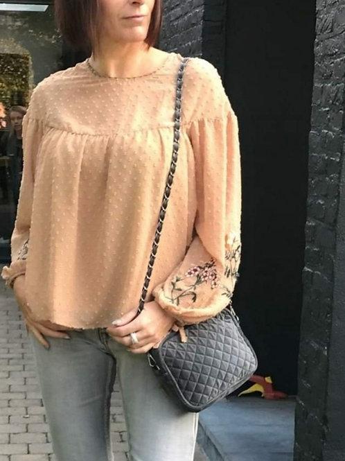 blouse voile beige  met boorduur op mouwen