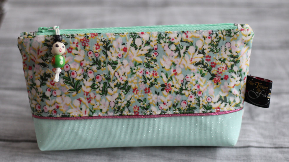 Trousse  Kokeshi motif fleurettes ton vert