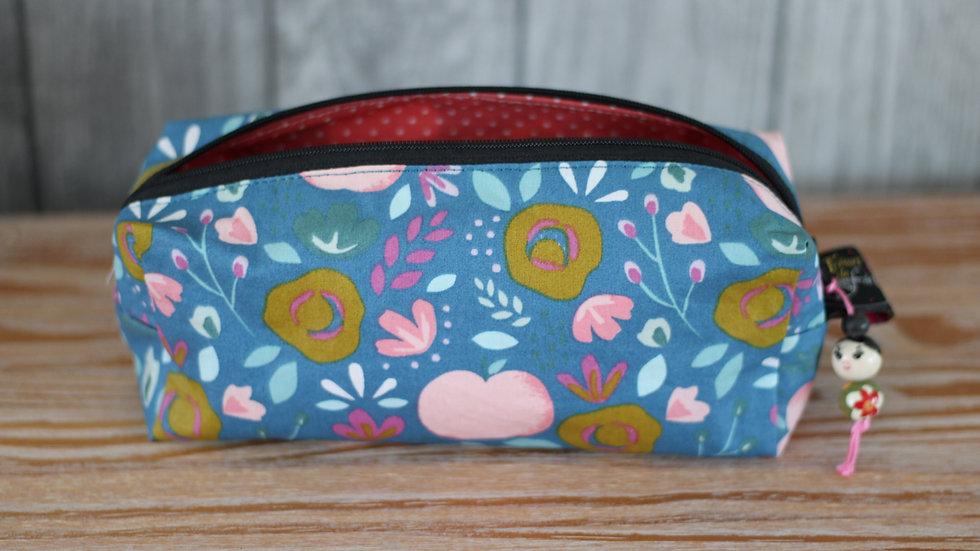 Trousse  tissu enduit bleue fleurs et pommes