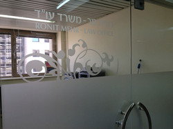 מדבקות זכוכית חלבית עם עיצוב מיוחד