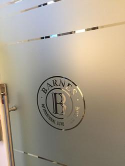 לוגו חברה על מדבקה חלבית