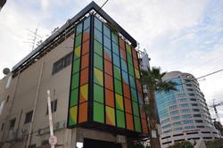 עיצוב במדבקות לחלונות בניין