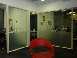 כיסוי זכוכית במשרד