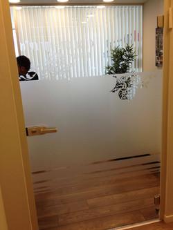 מדבקות זכוכית למשרד