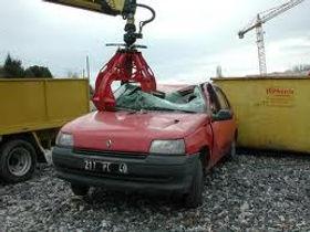 L'épaviste assure la démolition : destruction par broyage des voitures