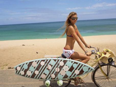 12 modi per portare la tavola da surf in bicicletta