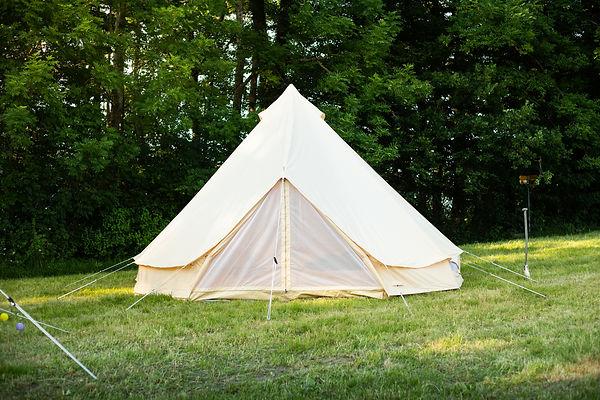 Hier findet man die Aufbauanleitung für das Zelt. Das Bild zeigt wie es am Ende aufgestellt aussehen sollte.