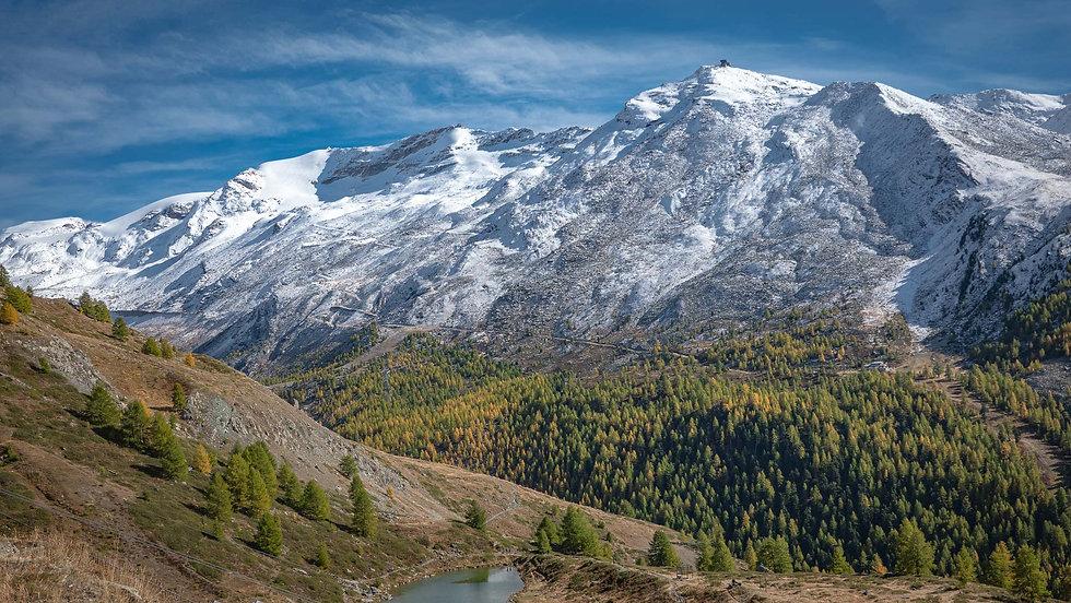 Hoch im Gebirge worin Schnee und Wiese nicht weit voneinander entfernt ist. Hätten Sie da nicht auch Lust zu übernachten? Tolle Impressionen aus der Berglandschaft die zum Abenteuer einladen.