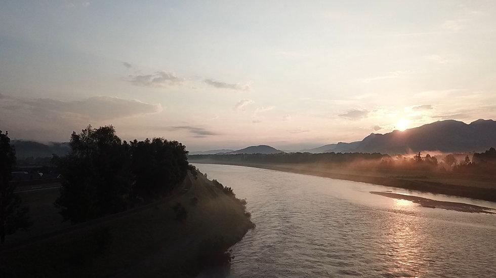Blick in den Rhein mit Morgensonne und Morgennebel