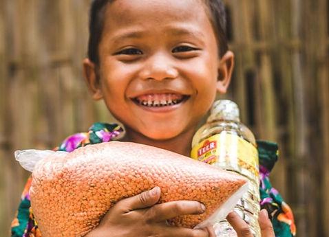Meisje_met_deel_van_een_voedselpakket_-_